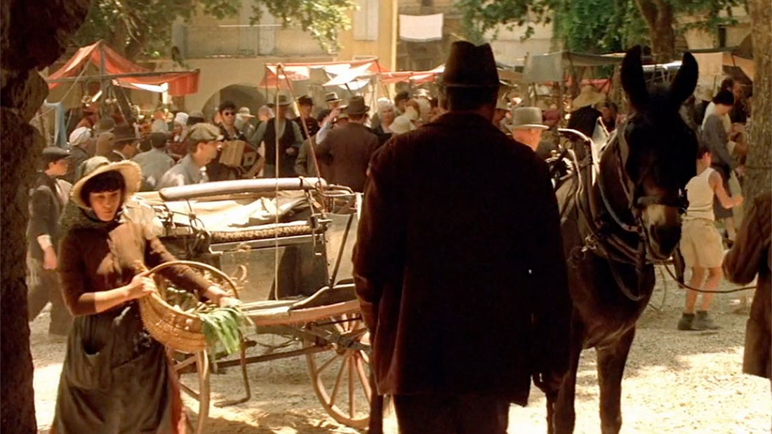 """Yves Montand sur une célèbre place d'un village """" provencal """" - Tournage de Jean de Florette à Sommières"""