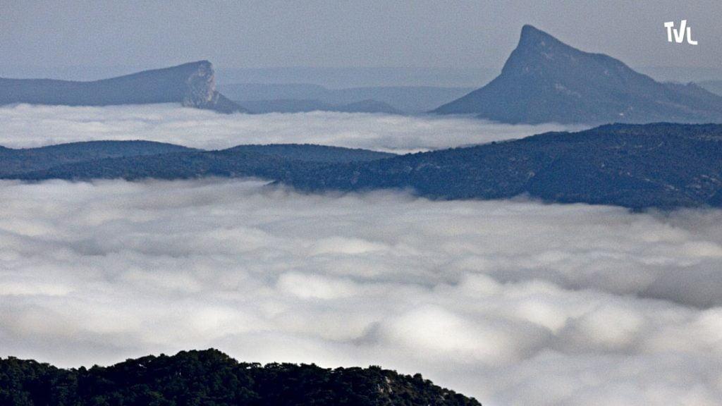 La vallée de la Buèges embrumée avec la montagne de l'Hortus et le Pic Saint Loup