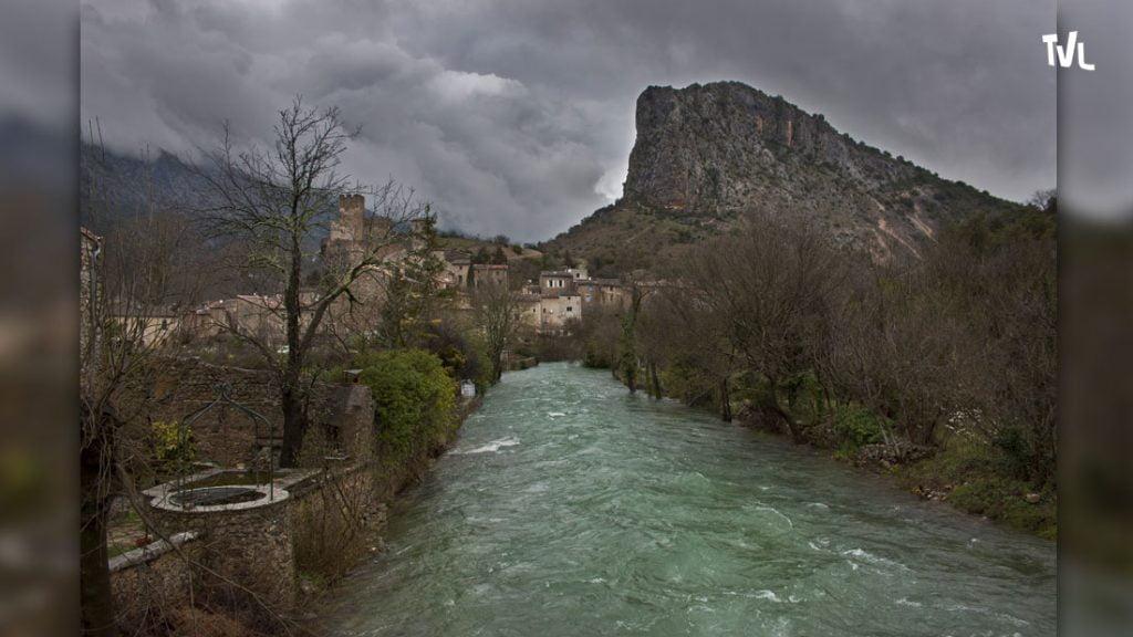 Le village de Saint jean de Buèges blotti contre un éperon rocheux