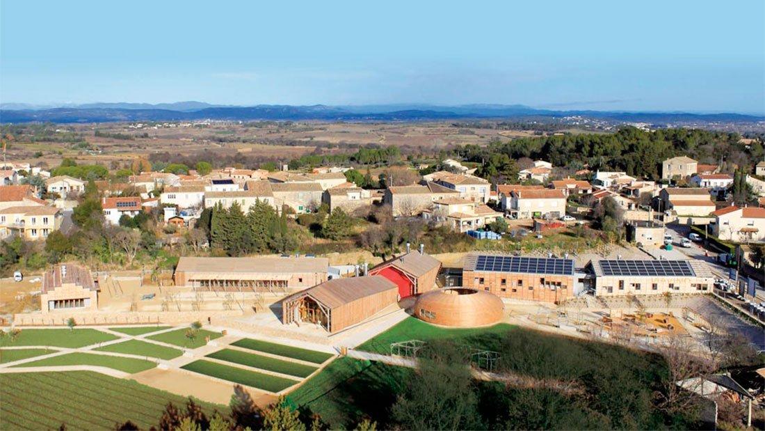 Vue aérienne de Viavino avec vue sur le massif de l'Aigoual et le Mont Lozère.