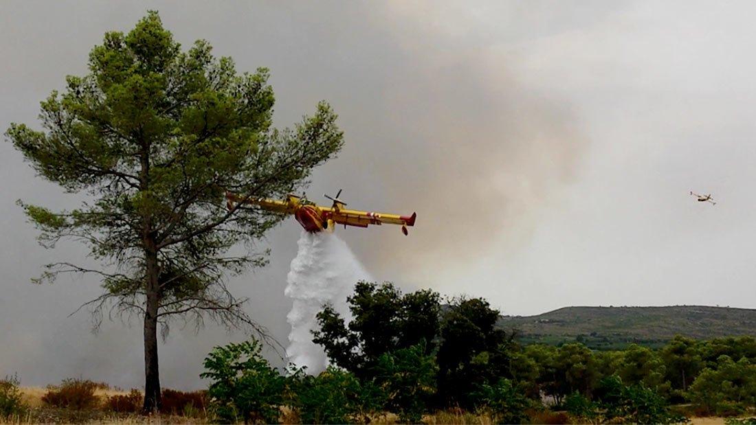 Les canadairs en action pour aider les pompiers au sol