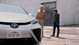 Marty McFly (Michael J. Fox) et Doc Brown (Christopher Lloyd) dans une pub pour la Toyota Mirai