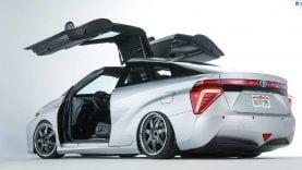 Le modèle Mirai de Toyota avec portes papillon à la façon de la Delorean