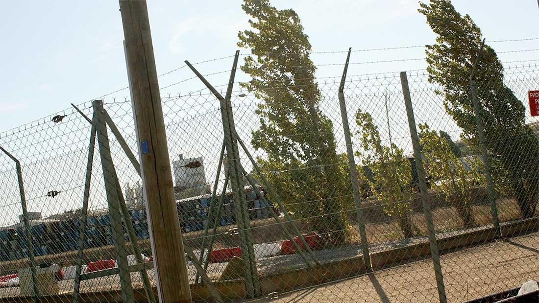Futs d'uranium stockés sur la partie nord du site de l'usine de Malvési, depuis l'extérieur du site.
