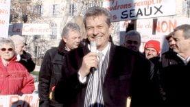 Le maire d'Uzès souriant mais en colère contre les carrières, devant la Préfecture de Nimes