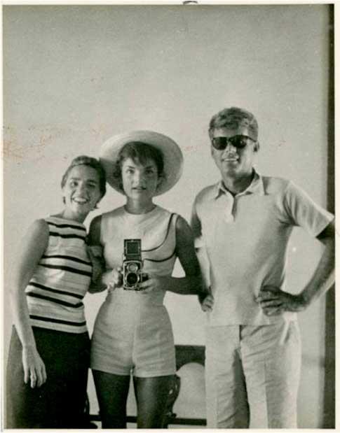 1954 : Selfie pris par Jackie Kennedy avec Ethel et John F Kennedy