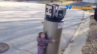 Câlin d'une enfant pour un pseudo robot