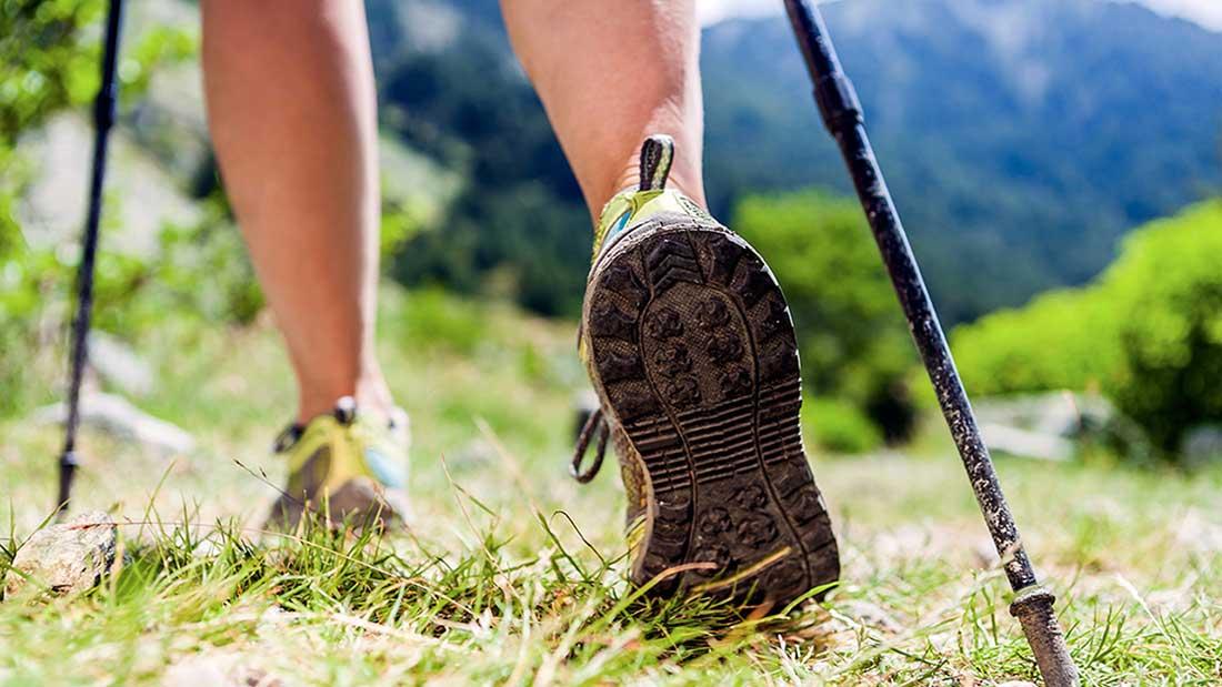 Bâtons de marche et bonnes chaussures pour commencer les balades et les randonnées en Languedoc - Roussillon