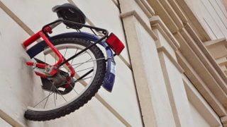Démocratisation de l'art : incrustation d un demi vélo dans un mur de Montpellier