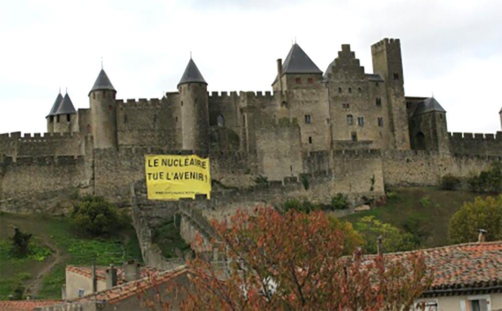 Banderole-anti-nucléaire-sur-rempart-cite-carcassonne