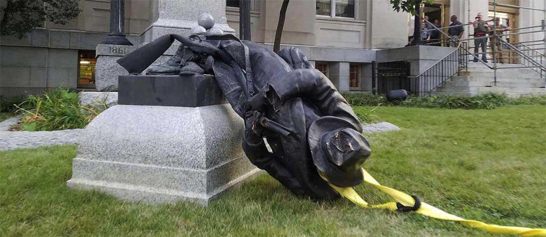 La statue du Général Lee gisant à terre à Charlottesville (USA)