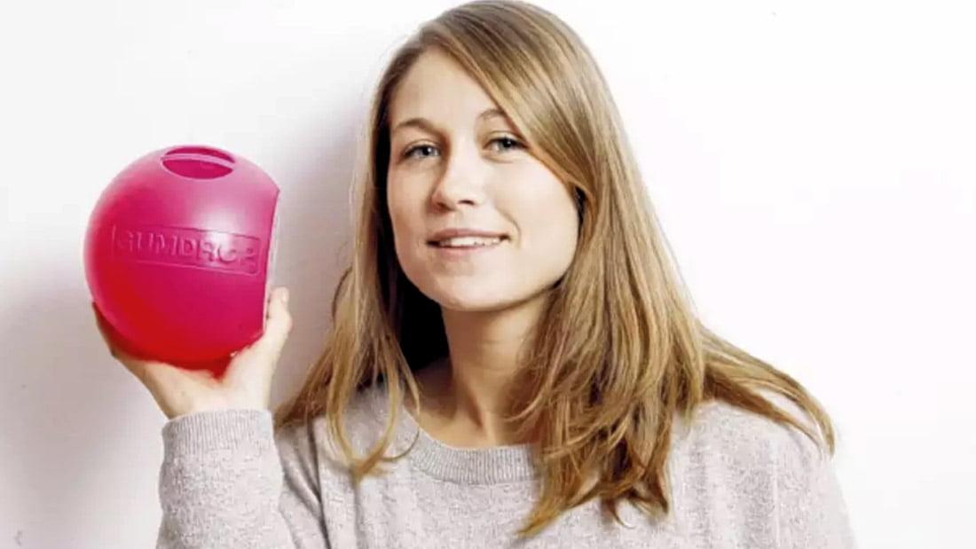 La designer Britannique, Anna Bullus, montre son invention, la gumdrop, sa petite boite de récupération de vieux chewing-gum, faite à base de vieux chewing-gums recyclés.
