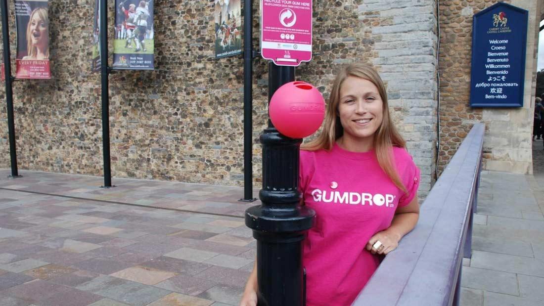 Anna Bullus posant dans une rue de Londres à coté de sa Gumdrop.