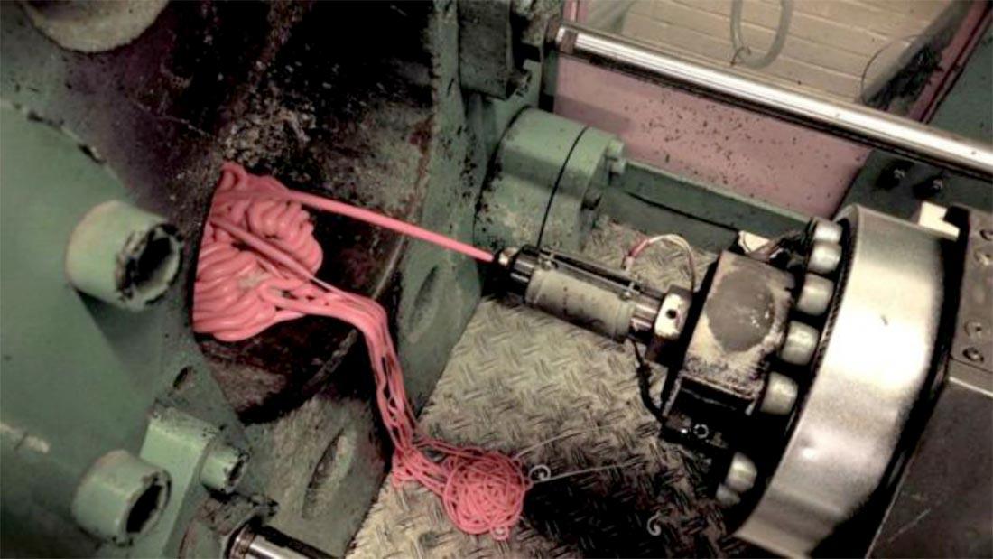 Le mélange de gomme de polymère à base de vieux chewing-gum est chauffé à haute température avant d'être ré-injecté à chaud dans une machine, pour en faire une pâte appelée Gum-Tec