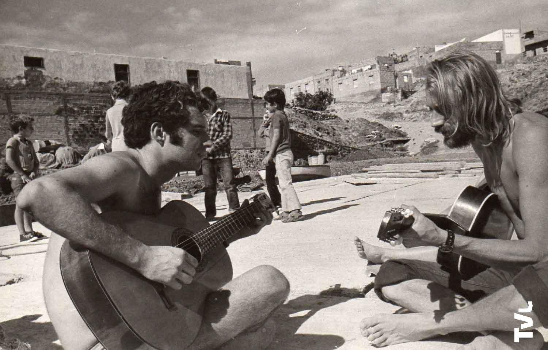 François de Roubaix et Juan Benítez jouant de la guitare sur la plage