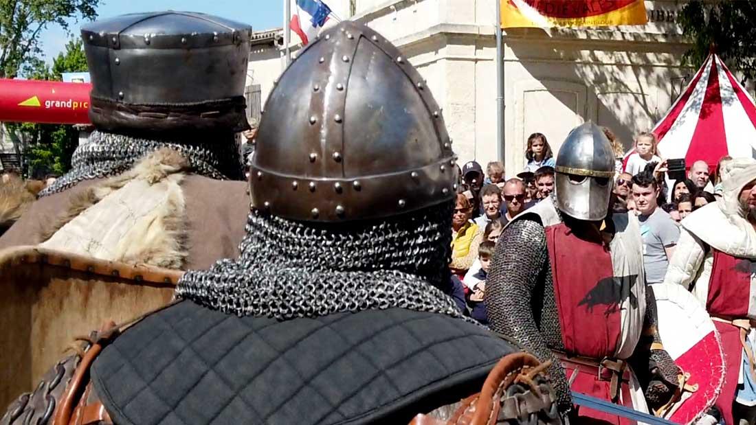 Deux chevaliers observent le Seigneur de Saint Martin de Londres avant de l'affronter durant les médiévales du Grand Pic Saint Loup