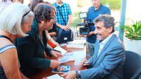 Mohed Altrad dédicace son livre face à l'ancienne mairie de Montpellier