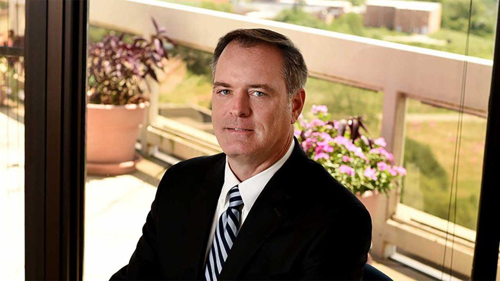 L'histoire de Robert Bilott, un avocat américain qui se transforme en lanceur d'alerte et dénonce les pratiques de l'entreprise de produits chimiques DuPont.