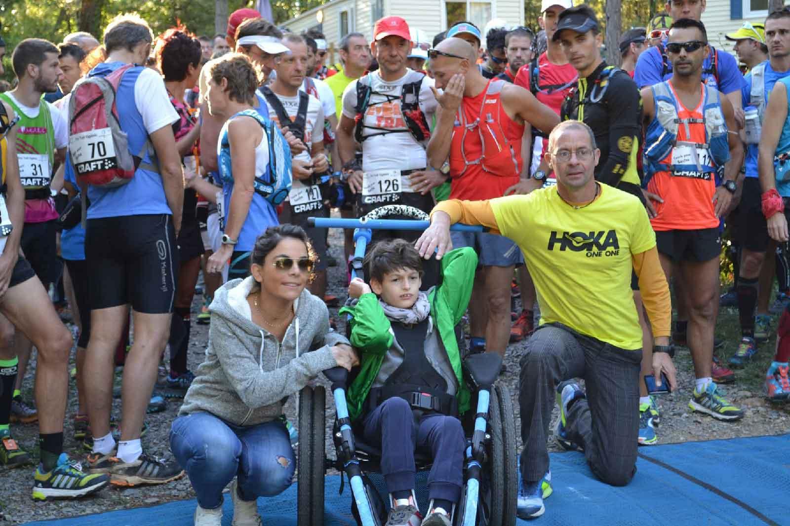Sacha, atteint d'une maladie rare, avec sa mère et l'organisateur de l'éco-trail de monoblet en 2015